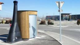 Toilette publique sèche KL2 sur un parking de centre commercial