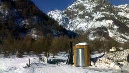 Toilette sèche extérieure à Champoléon en hivers - Janvier 2012