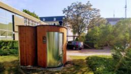 Toilette sans eau KL2 PMR avec un urinoir sur un parking d'entreprise